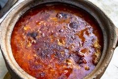 Close-upspruit van traditioneel Turks voedsel in oude braadpan stock foto's