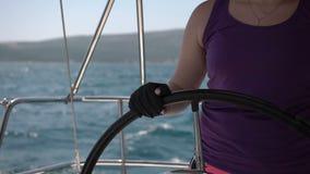 Close-upstuurwiel die zich omdraaien Varende boot met golven het bespatten stock footage