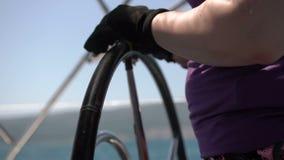 Close-upstuurwiel die zich omdraaien Varende boot met golven het bespatten stock video