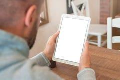 Close-uptablet in mensenhanden Verticale positie Het geïsoleerde scherm voor modelpresentatie stock afbeelding
