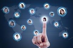 Close-upvinger die sociaal netwerk op blauw klikken Stock Fotografie