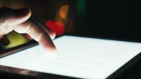 Close-upvinger wat betreft touchscreen van de tabletcomputer stock videobeelden