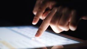 Close-upvingers die texting een bericht op tablet typen