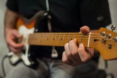 Close-upvingers van gitaarspeler royalty-vrije stock afbeeldingen