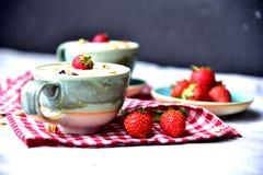 Close-upvoedsel, room van champignonsoep met Aardbei stock foto's