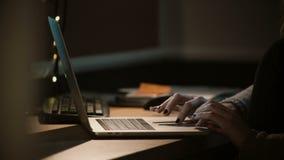 Close-upvrouw die met laptop bij nacht werken Vrouwelijke handen die touchbar notitieboekje gebruiken en trackpad workaholic 4K stock videobeelden
