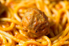Close view of spaghetti and a meatball Royalty Free Stock Photos
