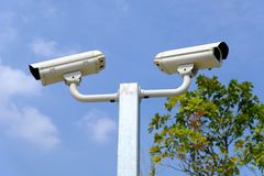 Closed-circuit kamera eller CCTV på himmelbakgrunden royaltyfria foton