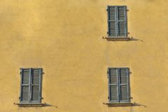 Closed green windows on yellow wall of old house in Florence cit. Y, Italy Royalty Free Stock Photos