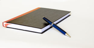 Closed note book and pen Royalty Free Stock Images