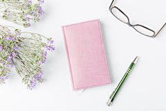Closed notebook with pen Royalty Free Stock Photos