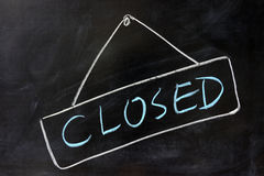 'Closed' word written on chalkboard Royalty Free Stock Photos