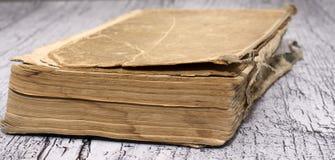 Closedold-Buch auf einem hölzernen Hintergrund lizenzfreies stockfoto