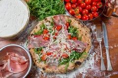 Closen av italienare rökte upp skinka och rucolapizza Arkivfoton