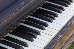 closen keys upp det gammala pianot Arkivfoton