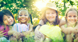 Closeness för flickvänkvinnlighetkamratskap som ler begrepp royaltyfria bilder
