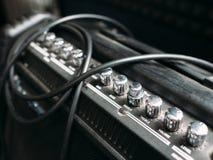 Closep dos botões do amplificador da guitarra elétrica Fotografia de Stock Royalty Free