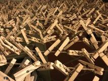 Closespins di legno della criniera immagini stock