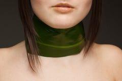 Closeu der Halskette vom Blatt auf dunklem Hintergrund Stockfotos