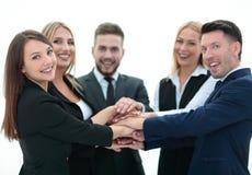 closeup équipe de sourire d'affaires avec des mains étreintes ensemble Photos stock