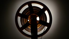 closeup Γρήγορα ξανατυλίξτε την ταινία στον παλαιό αναδρομικό προβολέα κινηματογράφων απόθεμα βίντεο