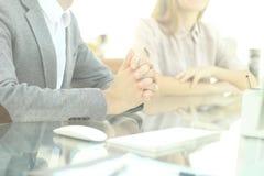 closeup εικόνα υποβάθρου των επιχειρησιακών συναδέλφων που κάθονται στον πίνακα Στοκ εικόνα με δικαίωμα ελεύθερης χρήσης