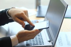 closeup επιχειρηματίας που δακτυλογραφεί SMS στο smartphone Στοκ Φωτογραφίες