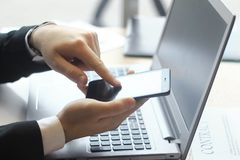 closeup επιχειρηματίας που δακτυλογραφεί SMS στο smartphone Στοκ φωτογραφία με δικαίωμα ελεύθερης χρήσης
