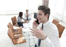 closeup Επιχειρηματίας που μιλά στο smartphone Στοκ Φωτογραφία