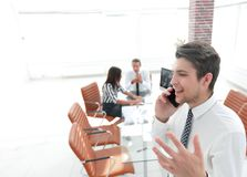 closeup Επιχειρηματίας που μιλά στο smartphone Στοκ εικόνες με δικαίωμα ελεύθερης χρήσης