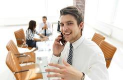 closeup Επιχειρηματίας που μιλά στο smartphone Στοκ Εικόνα