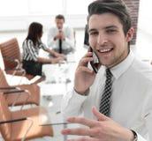 closeup Επιχειρηματίας που μιλά στο smartphone Στοκ φωτογραφία με δικαίωμα ελεύθερης χρήσης