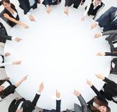 closeup επιχειρησιακή ομάδα που δείχνει στο κέντρο του πίνακα στοκ φωτογραφία