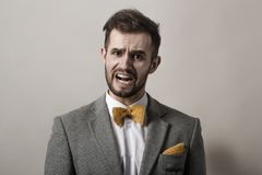 closeup συναισθηματικός επιχειρηματίας σε ένα γκρίζο υπόβαθρο Στοκ Φωτογραφίες