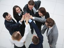 closeup χαρούμενη επιχειρησιακή ομάδα με τα διπλωμένα χέρια από κοινού Στοκ Εικόνες