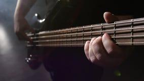 closeup Χορδή στην κιθάρα Το άτομο γρατζουνά και παίζει την ηλεκτρική κιθάρα φιλμ μικρού μήκους