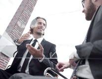 closeup говорить деловых партнеров, сидя за столом стоковая фотография rf