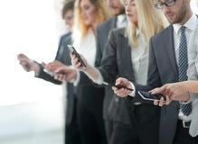 closeup группа в составе работники с smartphones Стоковые Изображения
