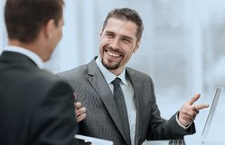 closeup деловые партнеры обсуждая вопросы дела Стоковые Изображения