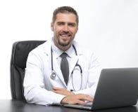 closeup Д-р терапевт сидя на настольном компьютере Стоковое фото RF