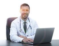 closeup Д-р терапевт сидя на настольном компьютере Стоковые Фотографии RF