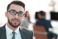 closeup Исполнительный бизнесмен на предпосылке офиса стоковые изображения rf