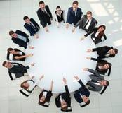 closeup команда дела указывая в центр таблицы Стоковые Фото