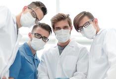 closeup команда докторов в защитных масках стоковая фотография