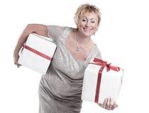 closeup красивейший подарок коробок изолированный над белой женщиной белизна изолированная веником Стоковое Фото