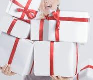 closeup красивейший подарок коробок изолированный над белой женщиной белизна изолированная веником Стоковые Изображения RF
