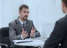 closeup Менеджер и клиент обсуждая сроки контракта в офисе Стоковые Изображения