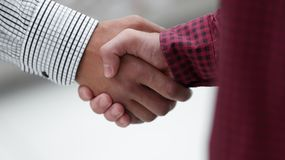 closeup менеджер рукопожатия и клиент стоковая фотография
