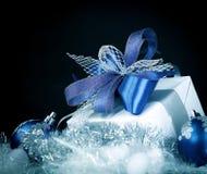 closeup Подарок рождества и голубые шарики рождества на праздничном w Стоковое фото RF