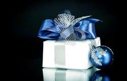 closeup Подарок рождества и голубые шарики рождества на праздничном w Стоковое Фото